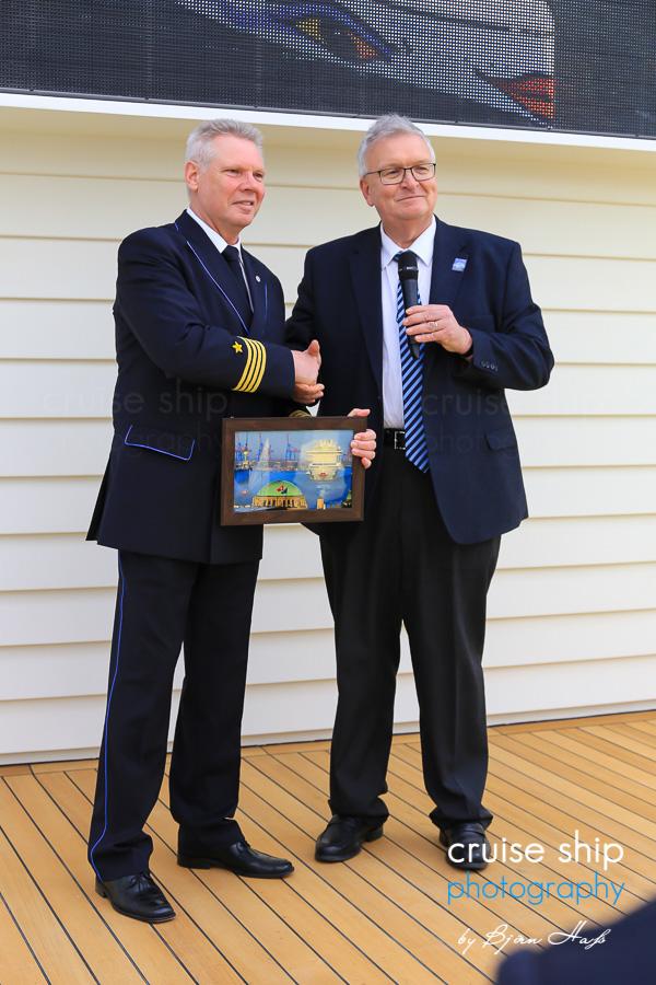 AIDAprima Kapitän Detlef Harms von Dr. Stefan Behn, Vorstandsmitglied der Hamburger Hafen und Logistik AG