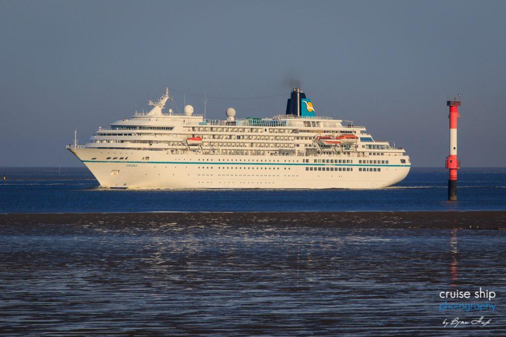 Das Traumschiff MS Amadea läuft in Bremerhaven ein