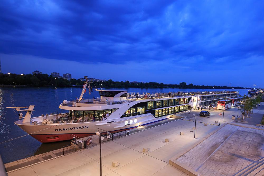 Das Flusskreuzfahrtschiff nickovision bei der Donaukreuzfahrt in Wien