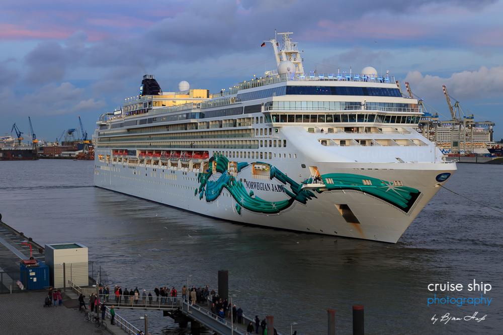 Norwegian Jade von Norwegian Cruise Line. Bei den Cruise Days war das auf der Papenburger Meyer Werft gebaute Kreuzfahrtschiff zu Gast und am Abend Teilnehmer der Auslaufparade.
