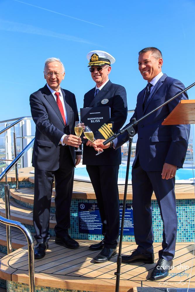 Übergabe der Norwegian Bliss mit Bernard Meyer Andy Stuart und Kapitän Staffan Bengtsson