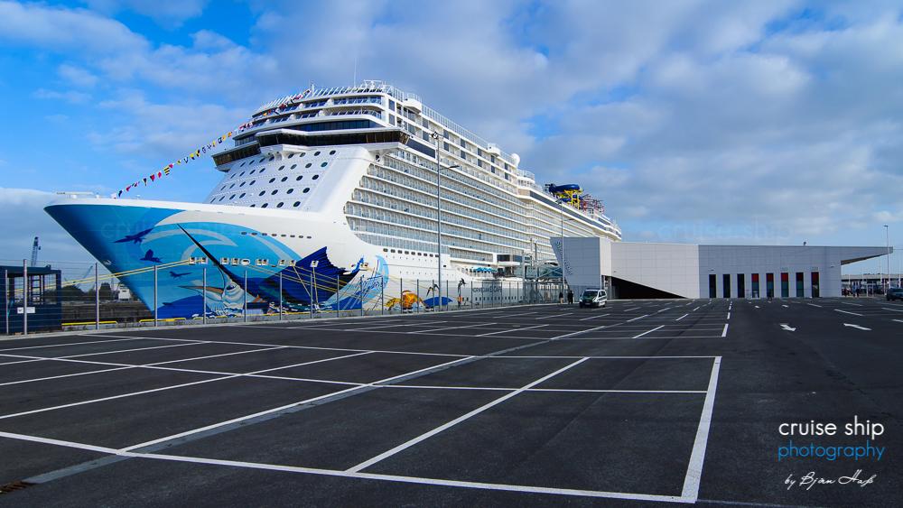 Das Kreuzfahrtschiff Norwegian Escape am Hamburg Cruise Center Steinwerder