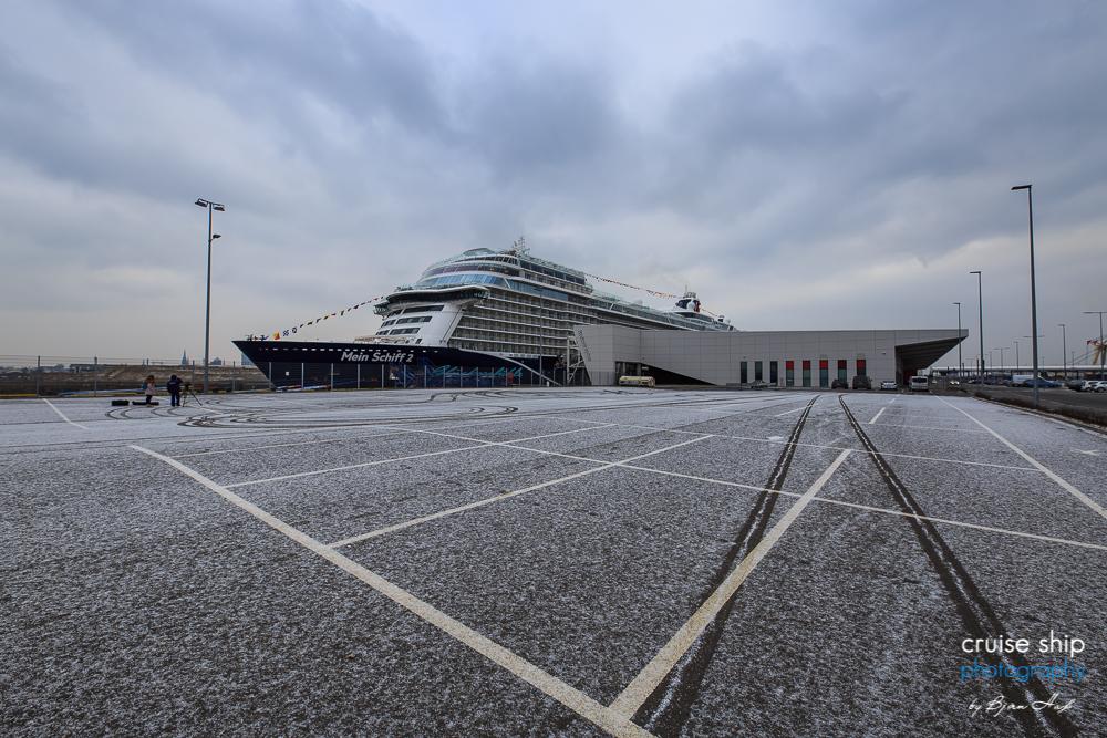 Die neue Mein Schiff 2 am Kreuzfahrtterminal in Hamburg Steinwerder