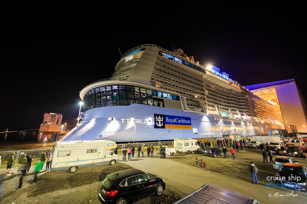 Die Spectrum of the Seas verlässt das überdachte Baudock der Meyer Werft