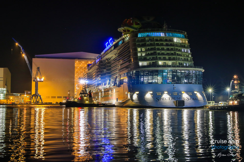 Spectrum of the Seas verlässt das Baudock II der Meyer Werft