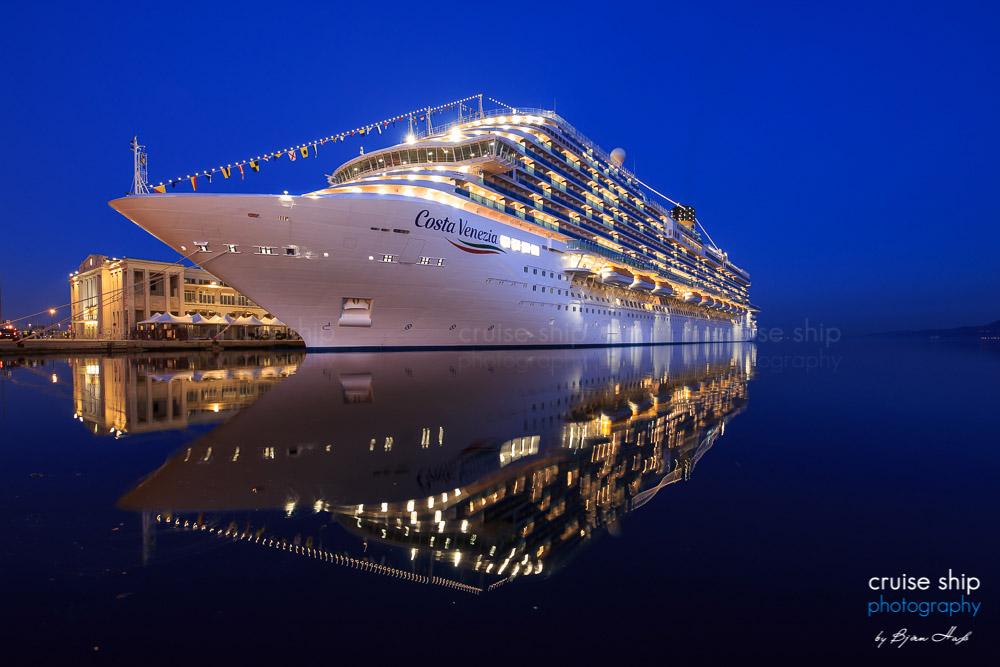 Das hell erleuchtete Kreuzfahrtschiff Costa Venezia im Hafen von Triest