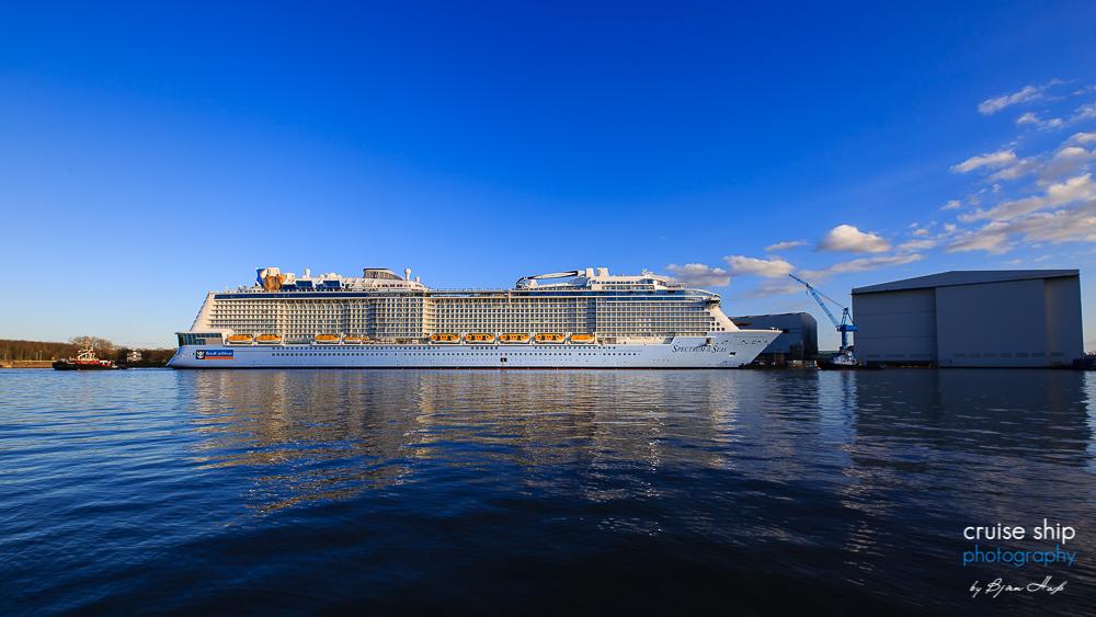 Die Spectrum of the Seas bei Sonnenschein am Kai der Meyer Werft