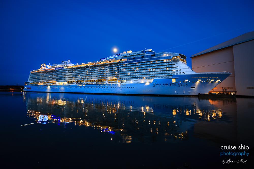 Die Spectrum of the Seas zur blauen Stunde am Kai der Meyer Werft
