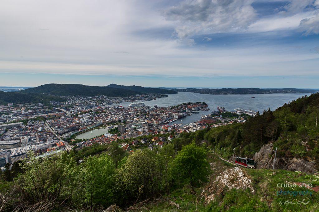 Die AIDAperla im Hafen von Bergen vom Floyen aus