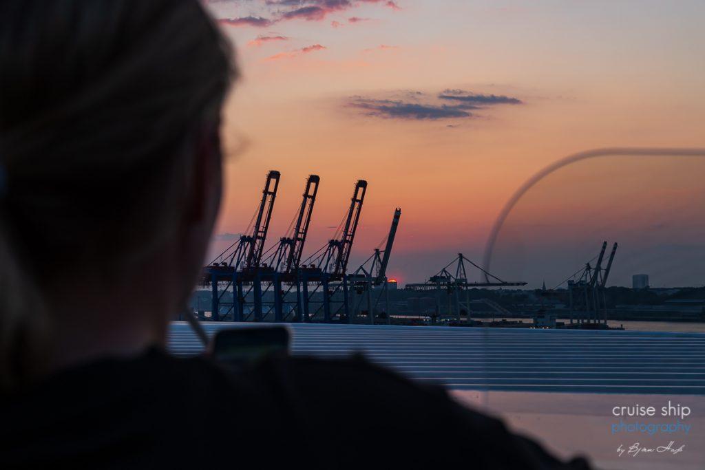 Die AIDAperla legt bei Sonnenuntergang ab und geht auf Kreuzfahrt