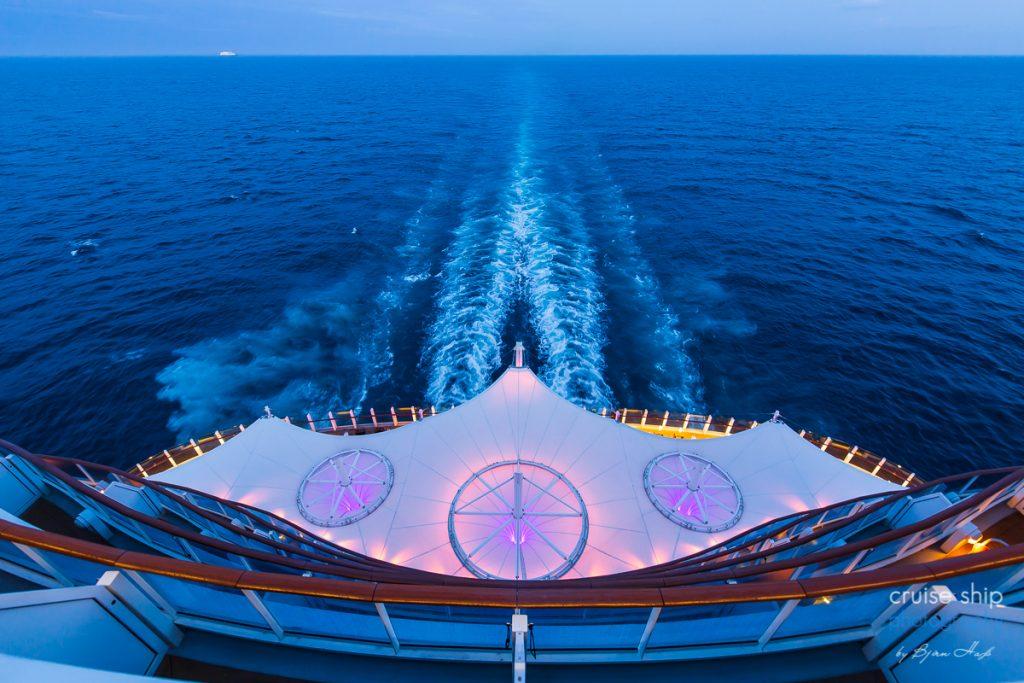 Der Blick vom Heck der AIDAperla aufs Meer