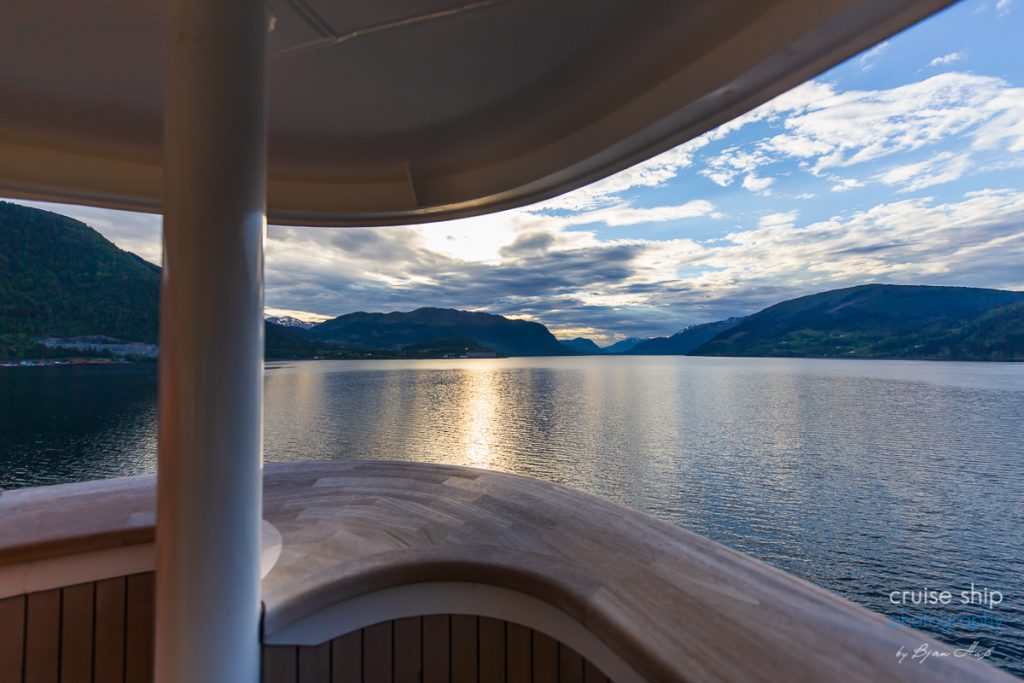Die AIDAperla auf dem Weg nach Nordfjordeid aussicht vom Bug des Schiffes