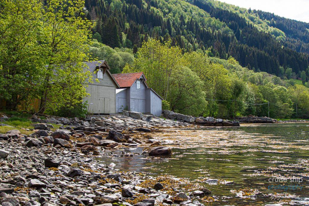 AIDAperla Nordfjordeid Fischerhütten am Fjord