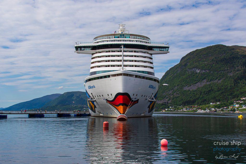 Die AIDAperla hat in Nordfjordeid festgemacht und liegt am Seawalk