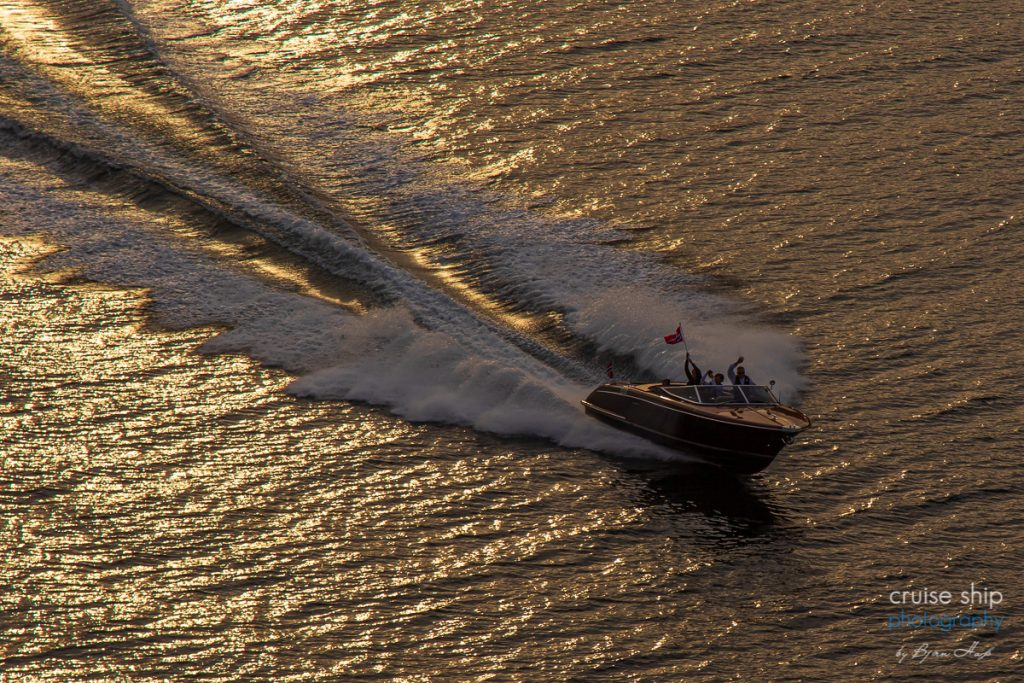AIDAperla Nordfjordeid schnelles Boot Sonnenuntergang Auslaufen