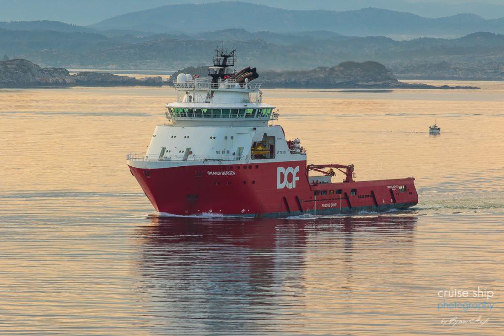 Das Versorgungsschiff Skandi Bergen im norwegischen Fjord