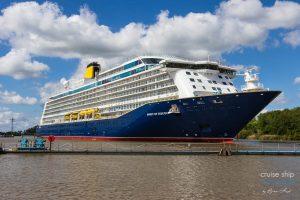 """Kreuzfahrtschiff """"Spirit of Discovery"""" verlässt Halle 5 der Meyer Werft"""