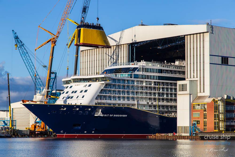 Das Kreuzfahrtschiff Spirit of Discovery wird ausgedockt und verlässt das Baudock der Meyer Werft