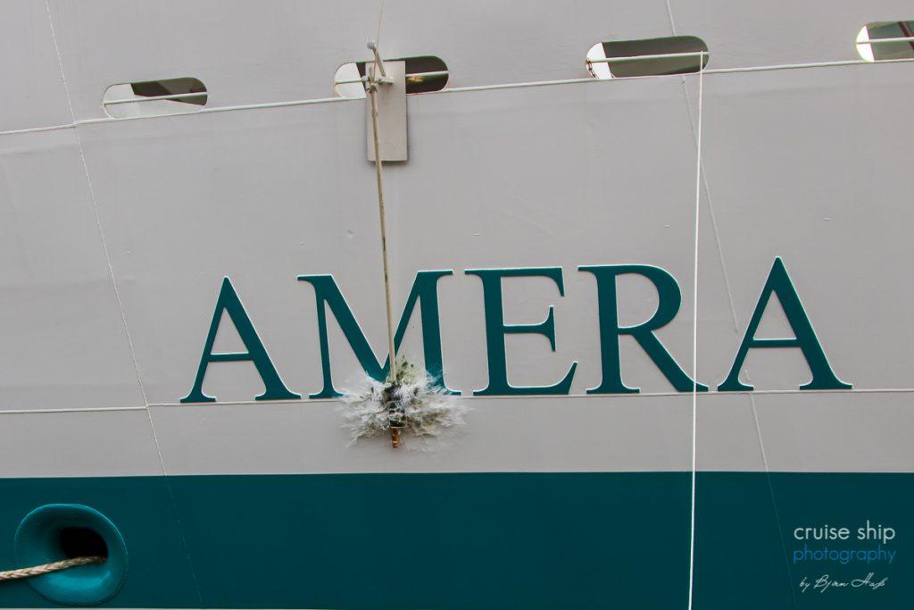 Die champagnerflasche zerschellt am Bug vom Kreuzfahrtschiff Amera von Phoenix bei der Taufe