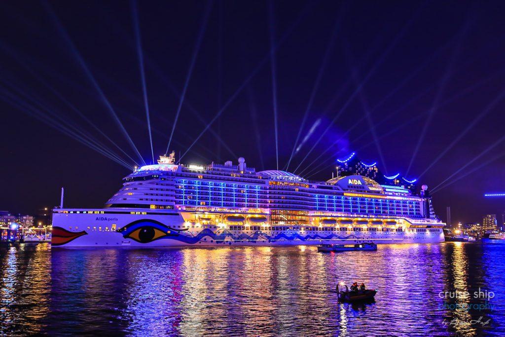 Die AIDAperla bei den Cruise Days Hamburg vor der Elbphilharmonie