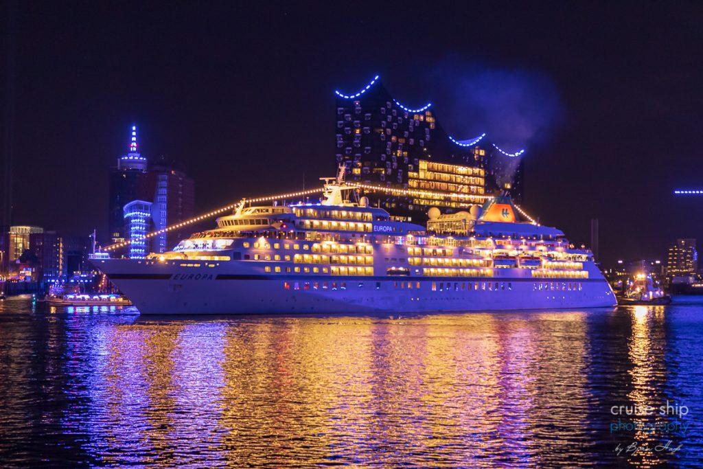 Die Europa bei den Cruise Days Hamburg vor der Elbphilharmonie