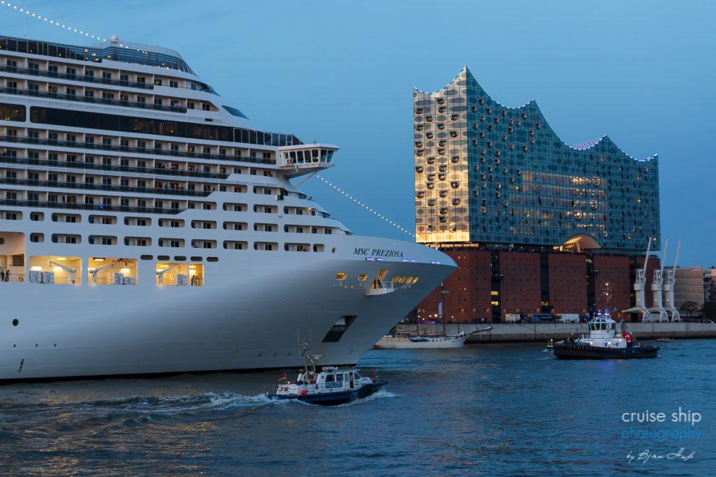 Die MSC Preziosa bei den Cruise Days Hamburg vor der Elbphilharmonie