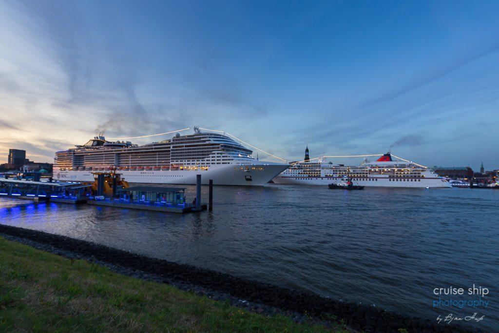 Die MSC Preziosa passiert das Kreuzfahrtschiff europa bei den Cruise Days Hamburg