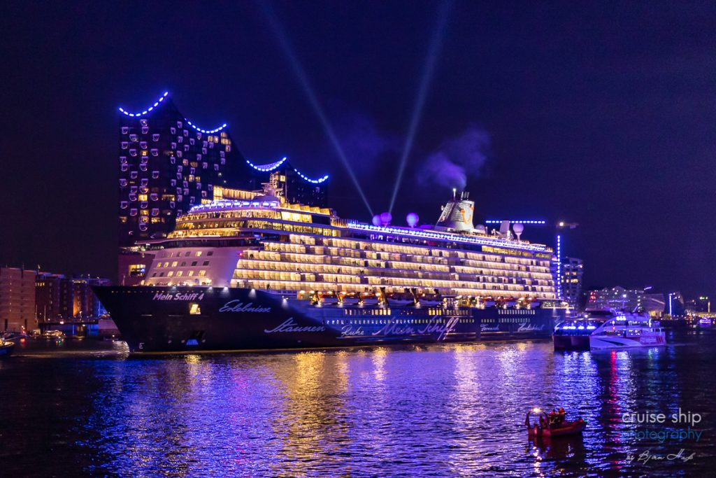 Die Mein Schiff 4 bei den Cruise Days Hamburg vor der Elbphilharmonie