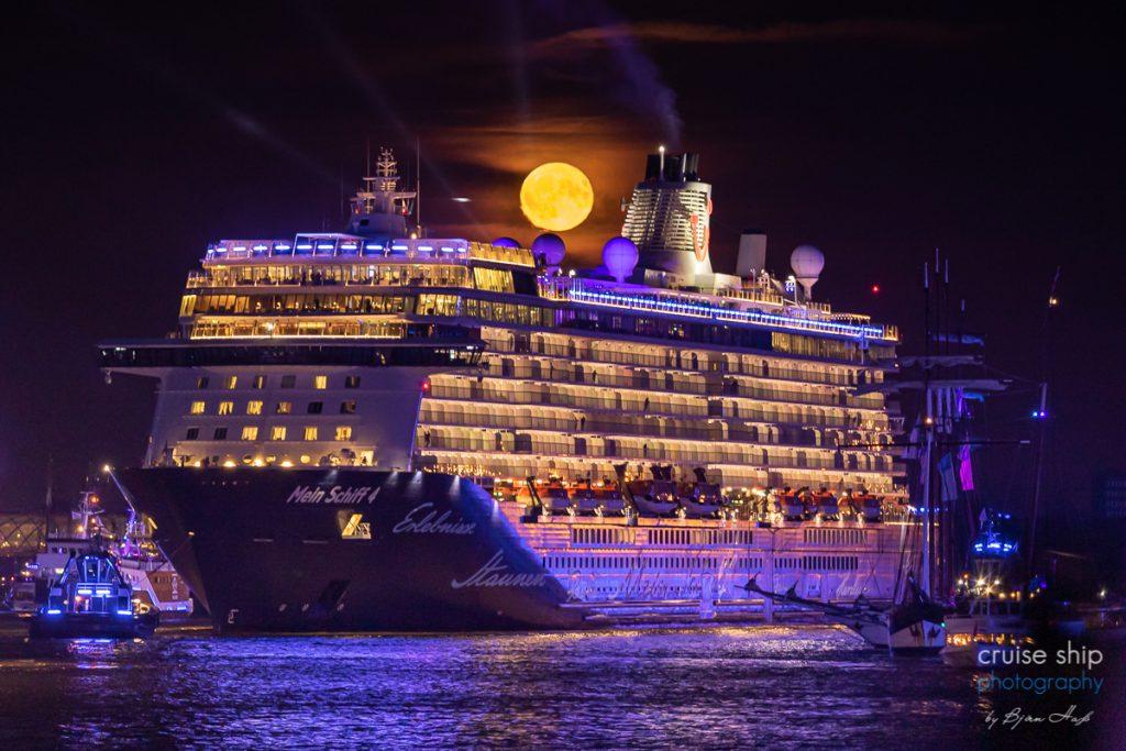 Die Mein Schiff 4 vor dem aufgehenden Vollmond bei den Cruise Days Hamburg