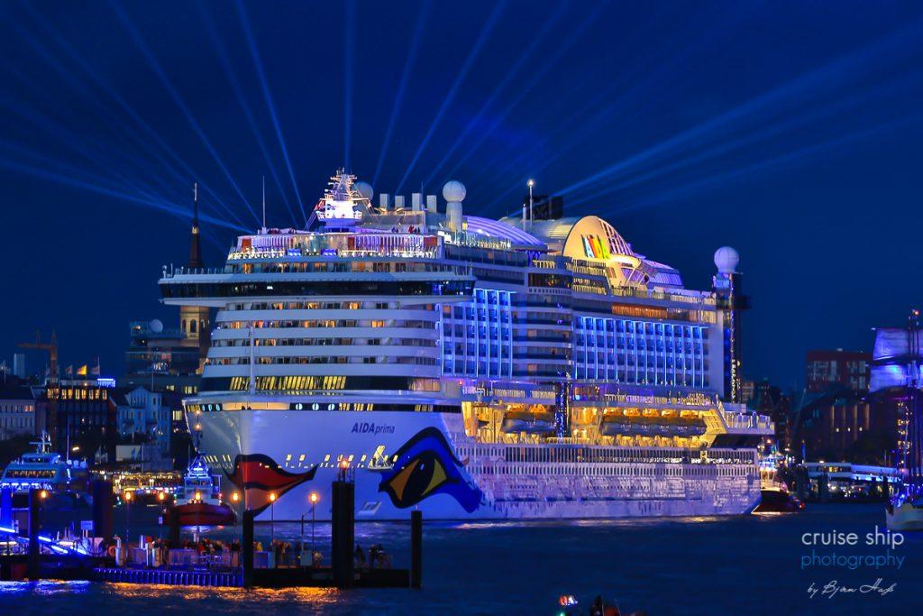 AIDAprima verlässt Hamburger Hafen mit Lichtshow
