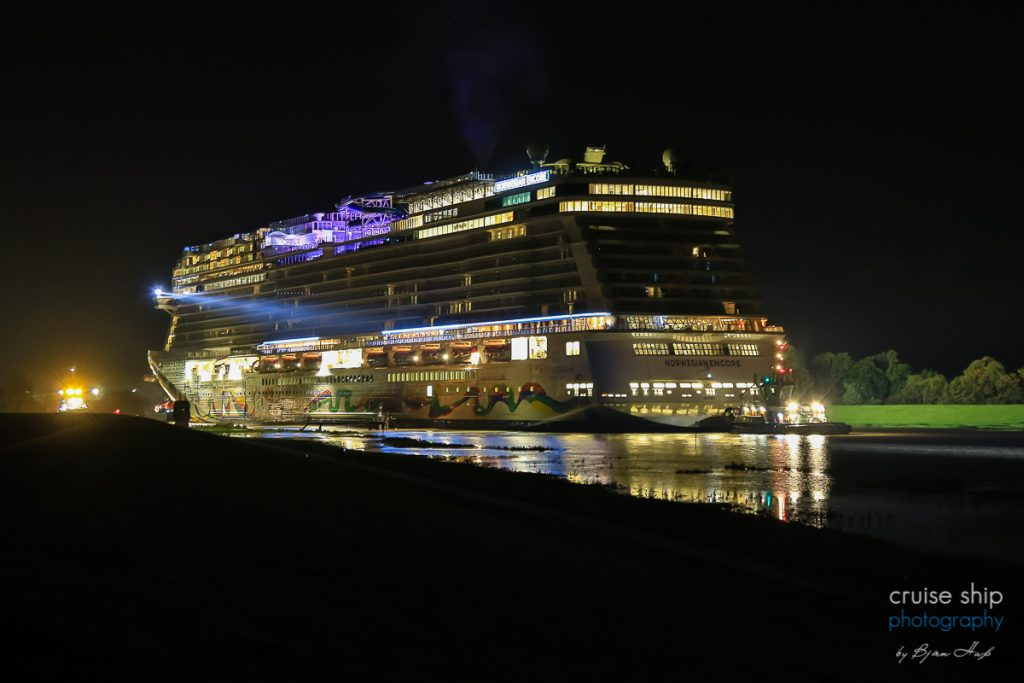 Norwegian Encore rückwärts bei Nacht auf der Ems während der Emsüberführung