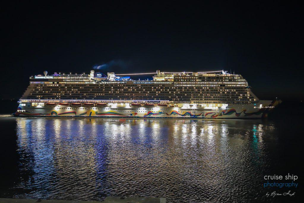 Die Norwegian Encore legt in Bremerhaven ab und startet die Inaugural cruise