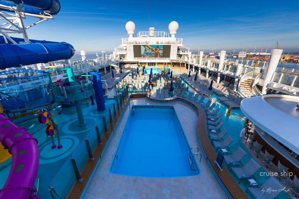 Auf dem Sonnendeck der Norwegian Encore befindet sich der pool und ein riesiger led screen