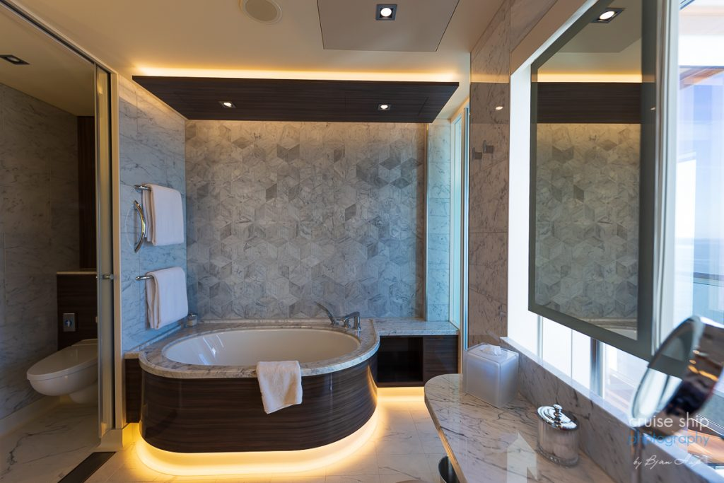 The Haven Deluxe Owner Suite bathroom auf der Norwegian Encore