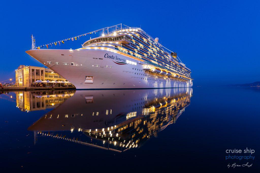 Die Costa Venezia im Hafen von Triest