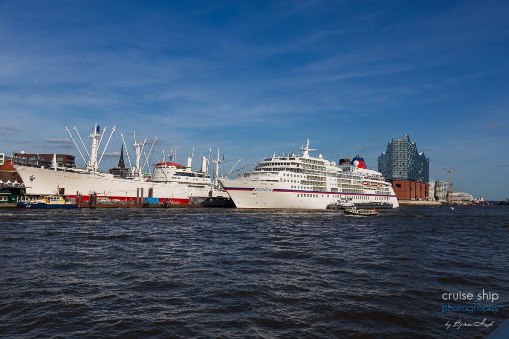 Das Kreuzfahrtschiff Europa im Hamurger Hafen vor der Elbphilharmonie