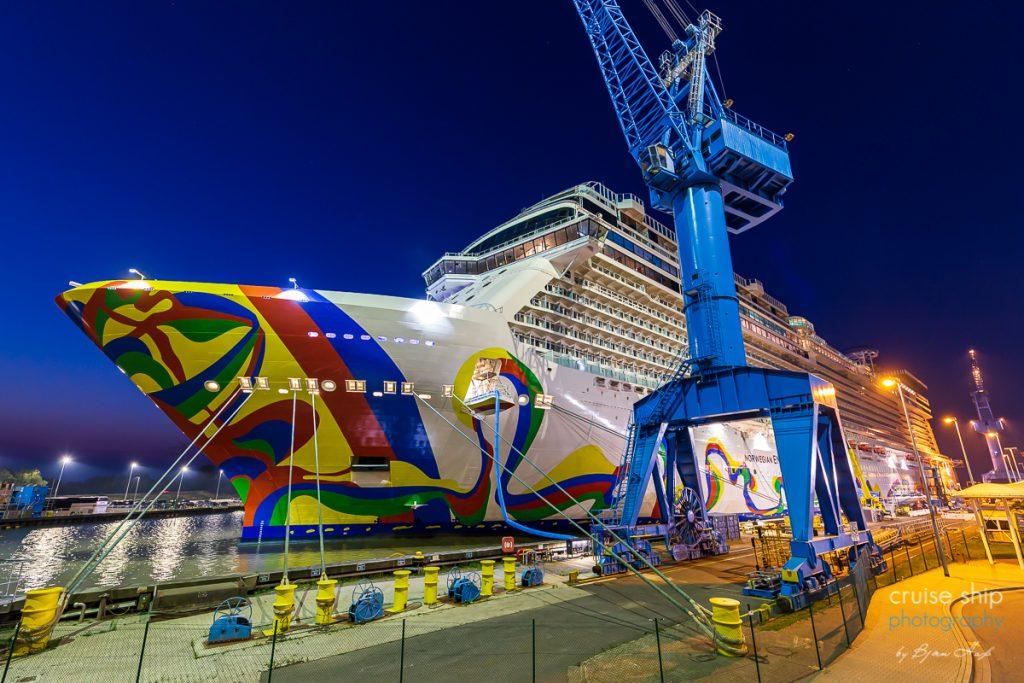 Die Norwegian Encore im Hafen der Meyer Werft
