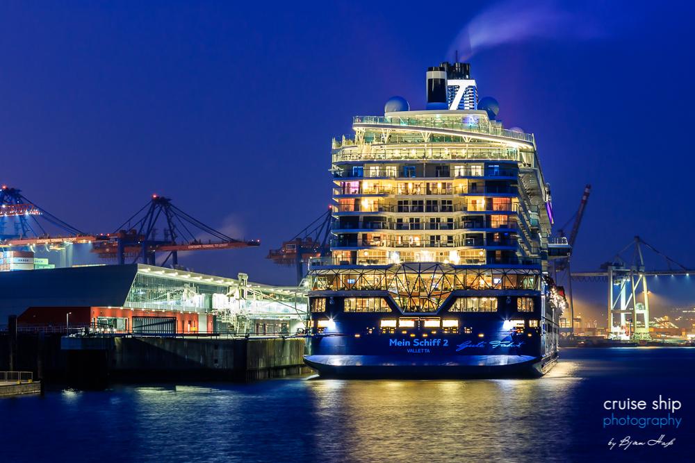 Die neue Mein Schiff 2 bei ihrem Erstanlauf in Hamburg
