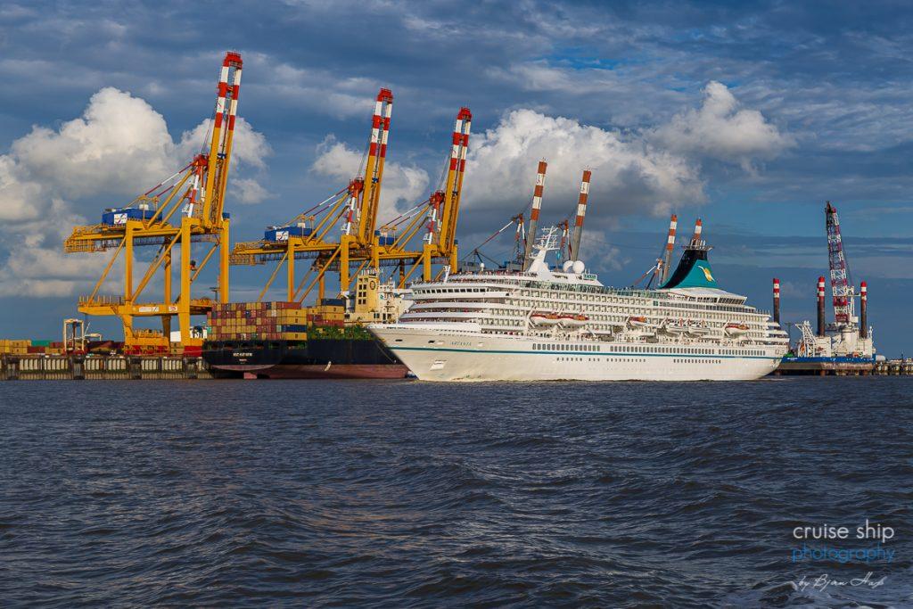 Die MS Artania auslaufend Bremerhaven vor den ContainerbrückenBremerhaven 2020