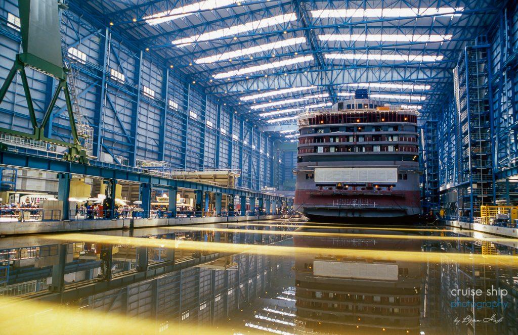 Das überdachte Baudock der Meyer Werft mit einem Kreuzfahrtschiff