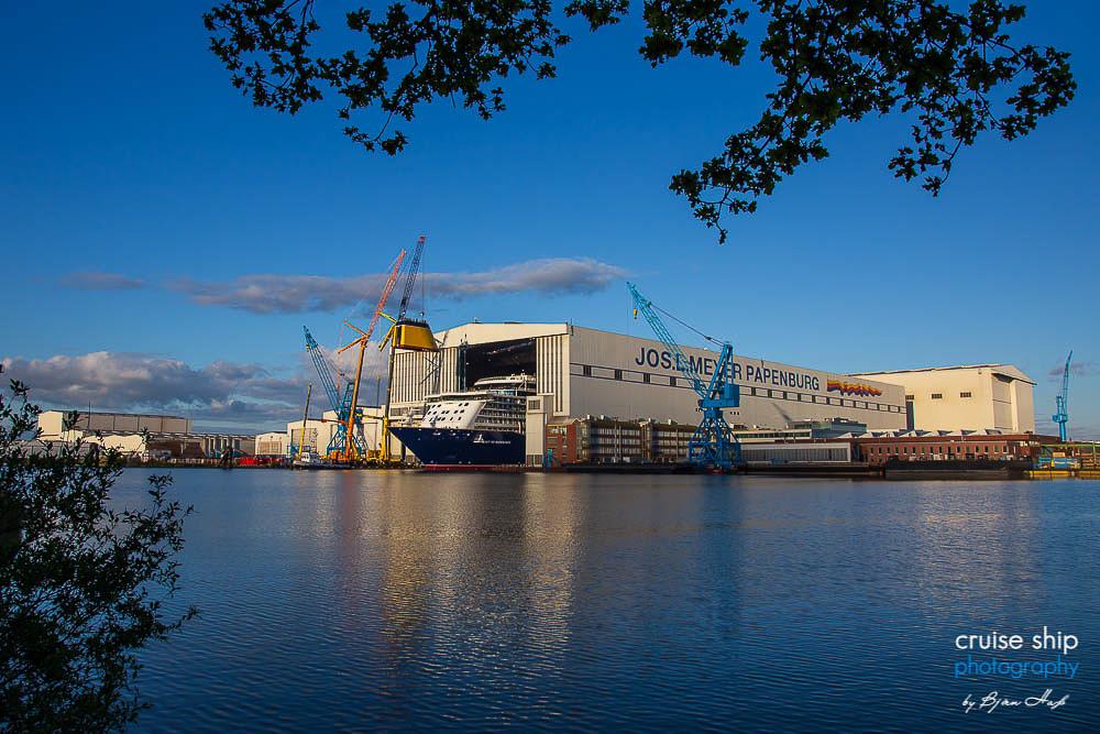 Die Spirit of Discovery wird aus dem überdachten Baudock der Meyer Werft gezogen