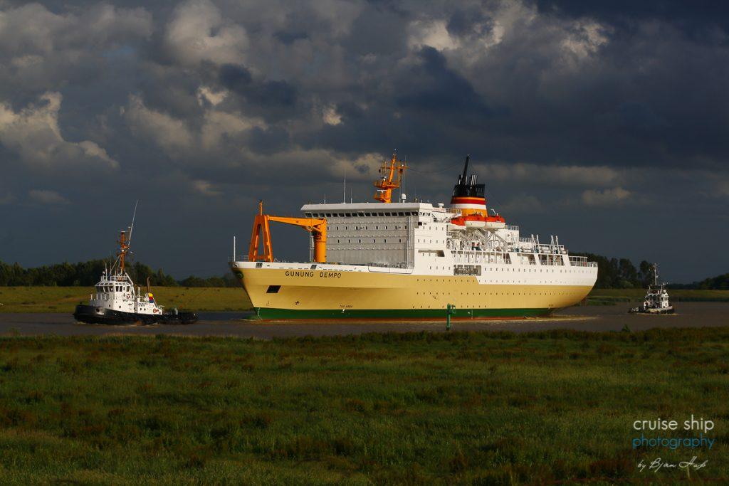 Das von der Meyer Werft für Indonesien gebaute Passagierschiff Gunung Dempo auf der Ems